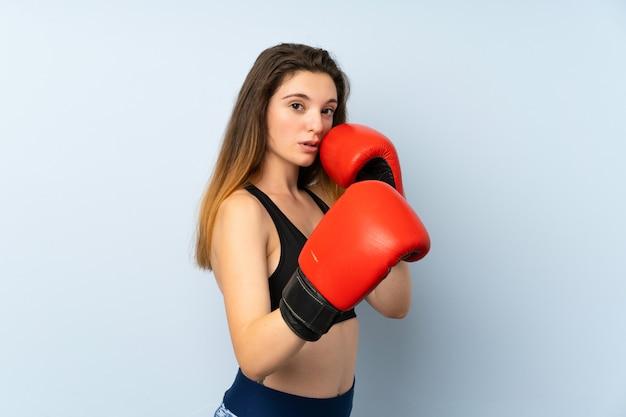 Młoda brunetki dziewczyna z bokserskimi rękawiczkami