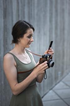 Młoda brunetki kobieta patrzeje kamerę