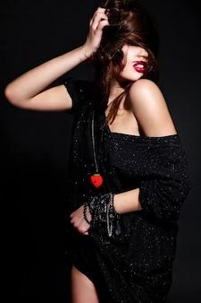 Młoda brunetki kobieta w czarnej odzieży