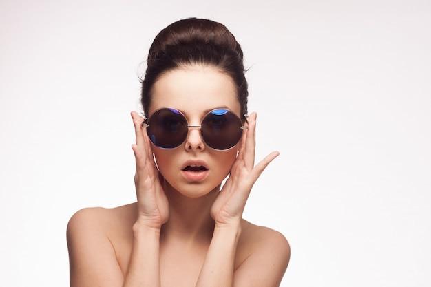 Młoda brunetki kobieta w moda okularach przeciwsłonecznych, portret