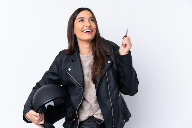 Młoda brunetki kobieta z hełma motocyklem i trzymać klucz