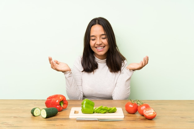 Młoda brunetki kobieta z warzyw śmiać się