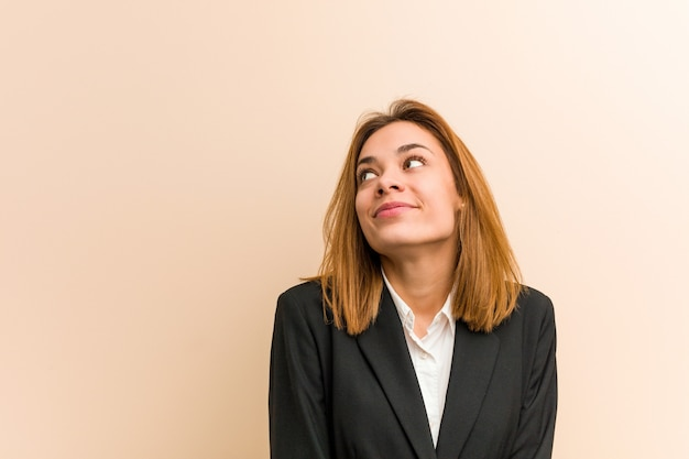 Młoda caucasian biznesowa kobieta marzy o osiąganiu celów i zamierzeń