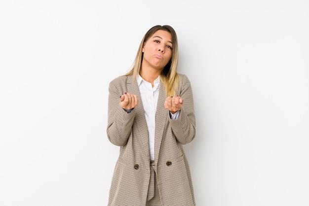 Młoda caucasian biznesowa kobieta odizolowywał pokazywać że ona nie ma pieniądze.