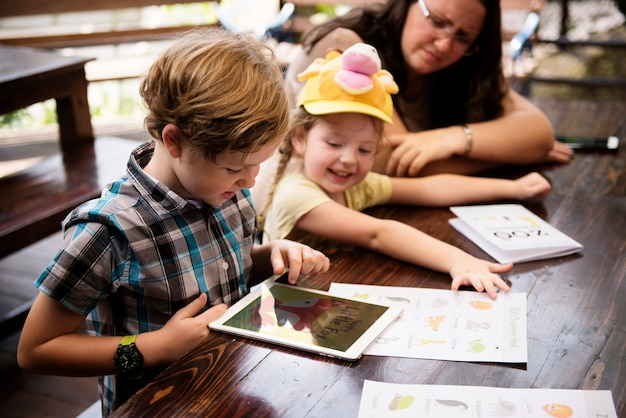 Młoda caucasian chłopiec używa cyfrową pastylkę
