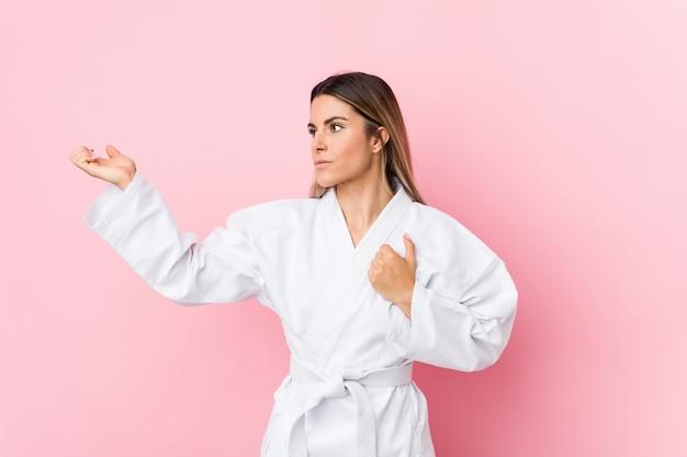 Młoda caucasian karate kobieta odizolowywająca