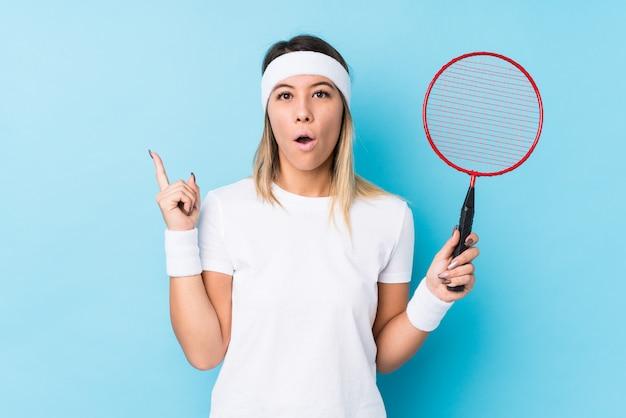 Młoda caucasian kobieta bawić się badminton odizolowywał mieć niektóre doskonałego pomysł, pojęcie twórczość.