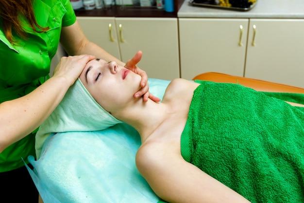Młoda caucasian kobieta dostaje twarz masaż w zdroju salonie
