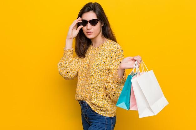Młoda caucasian kobieta iść robić zakupy