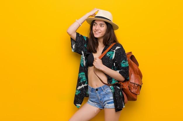 Młoda caucasian kobieta jest ubranym bikini i kapelusz