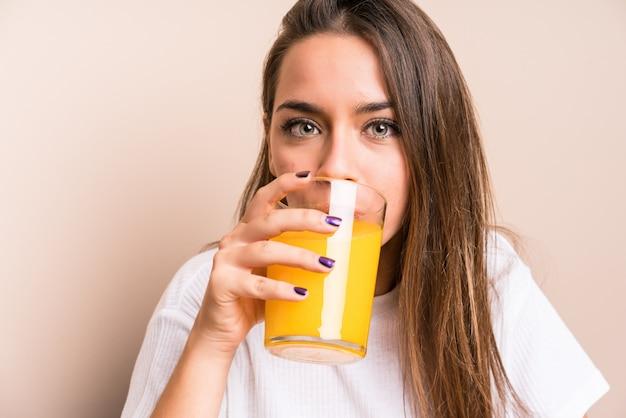 Młoda caucasian kobieta ma śniadanie