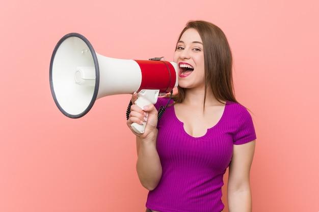 Młoda caucasian kobieta mówi przez megafonu