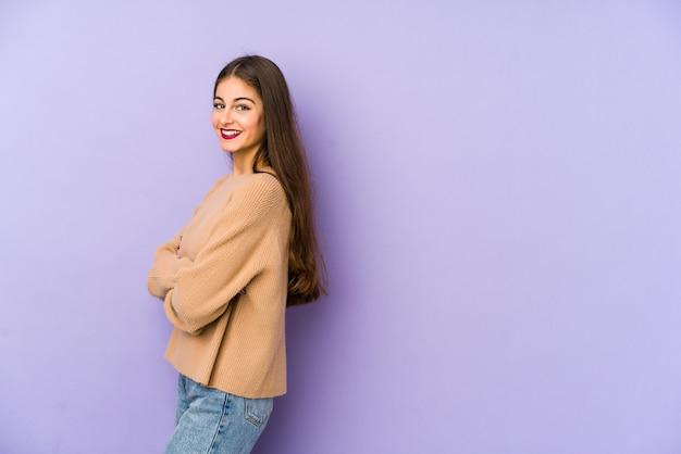Młoda caucasian kobieta odizolowywająca na purpurowy szczęśliwym, uśmiechniętym i rozochoconym.