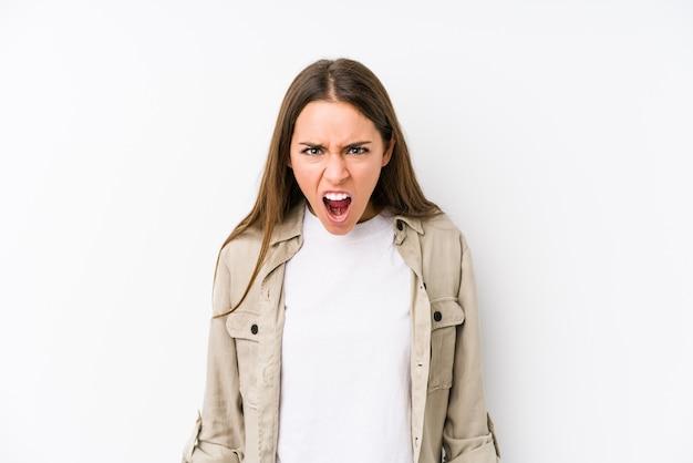 Młoda caucasian kobieta odizolowywał krzyczeć bardzo gniewnego i agresywnego.