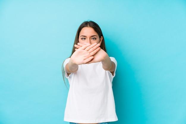 Młoda caucasian kobieta odizolowywał robić zaprzeczenie gestowi