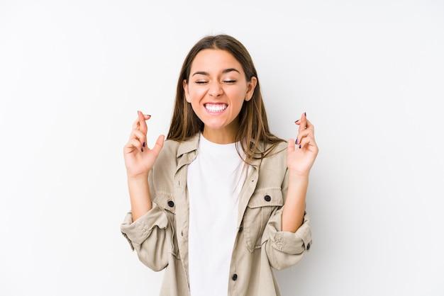 Młoda caucasian kobieta odizolowywał skrzyżowanie palców dla mieć szczęście
