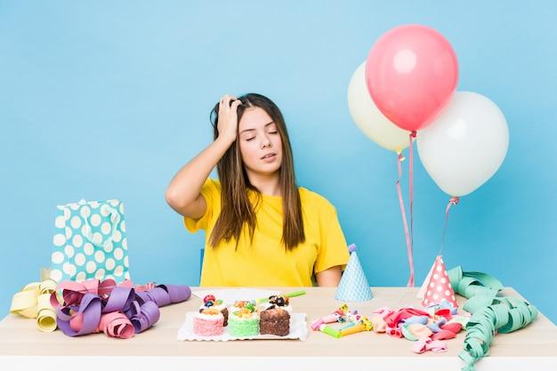 Młoda caucasian kobieta organizuje urodziny zmęczonego i bardzo śpiącego utrzymuje rękę na głowie.