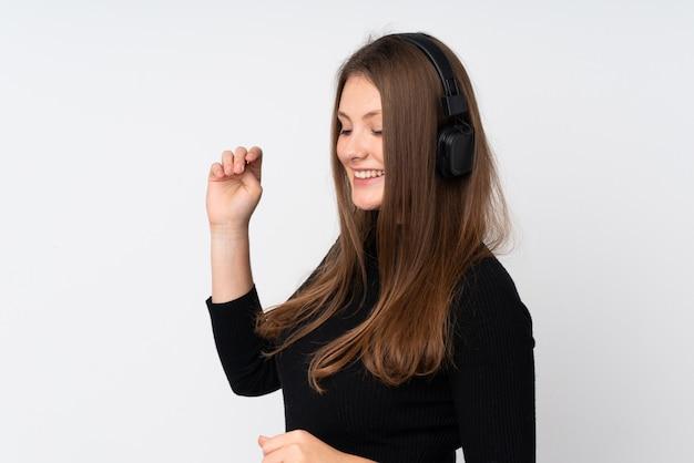 Młoda caucasian kobieta słucha muzykę