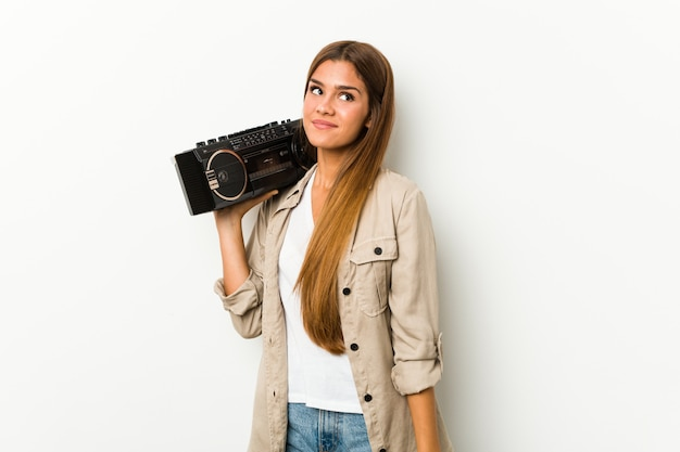 Młoda caucasian kobieta trzyma blaster marzy o osiągnięciu celów i zamierzeń