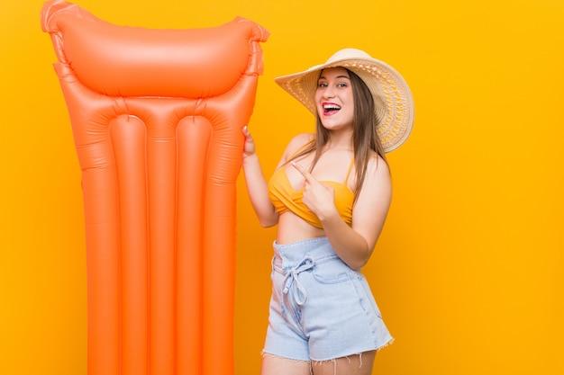 Młoda caucasian kobieta trzyma floater