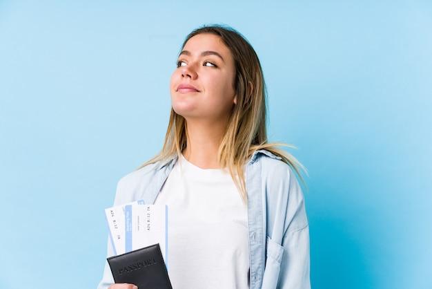 Młoda caucasian kobieta trzyma paszport odizolowywał marzyć osiągnięcie cele i cele