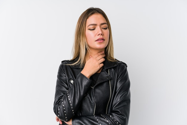 Młoda caucasian kobieta ubrana w czarną skórzaną kurtkę cierpi ból gardła