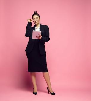 Młoda caucasian kobieta w przypadkowej odzieży. ciało pozytywne kobiece postaci, plus rozmiar bizneswoman