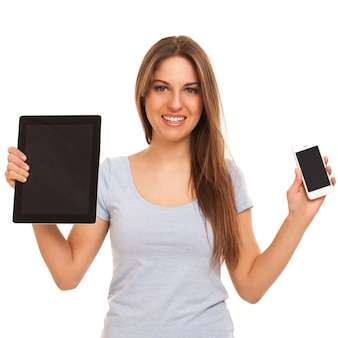 Młoda caucasian kobieta z urządzeniami