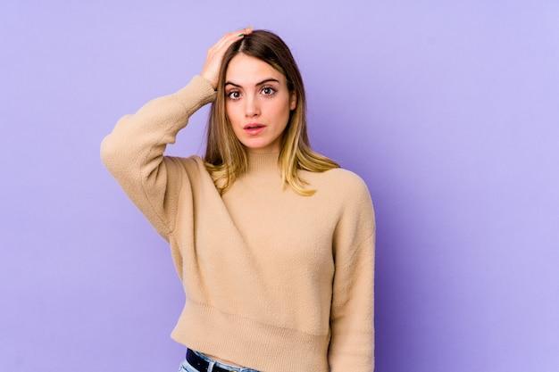 Młoda caucasian kobieta zszokowana na fioletowo przypomniała sobie ważne spotkanie.