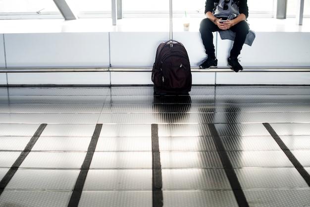 Młoda caucasian mężczyzna podróż z bagażem w lotnisku