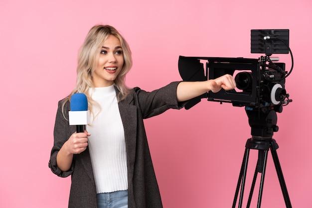 Młoda caucasian reporter kobieta nad odosobnioną menchii ścianą