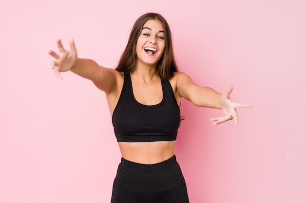 Młoda caucasian sprawności fizycznej kobieta robi sportowi czuje ufnego dawać uścisku