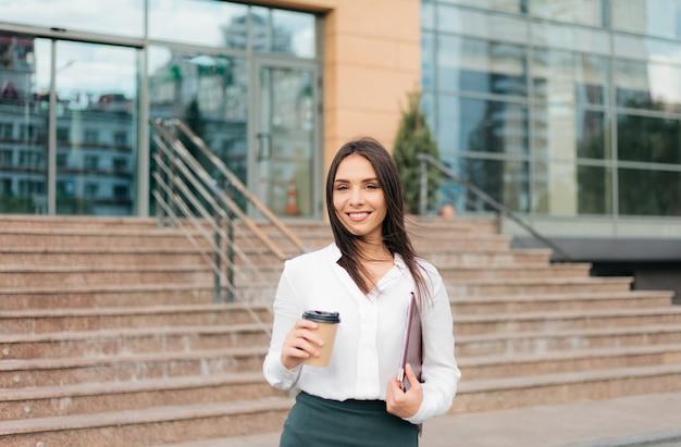 Młoda celowa profesjonalna biznesowa kobieta jest ubranym bluzkę i spódnicę