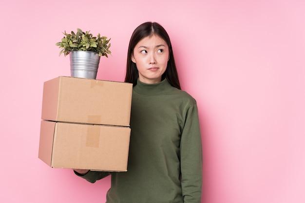 Młoda chinka trzyma pudełka