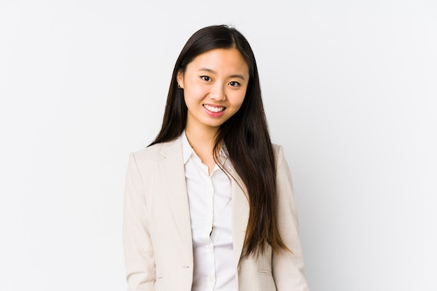 Młoda chińska biznesowa kobieta odizolowywał szczęśliwego, uśmiechniętego i rozochoconego.