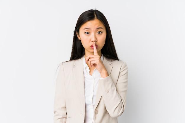 Młoda chińska biznesowa kobieta odizolowywał utrzymywać sekret lub pytać o ciszę.