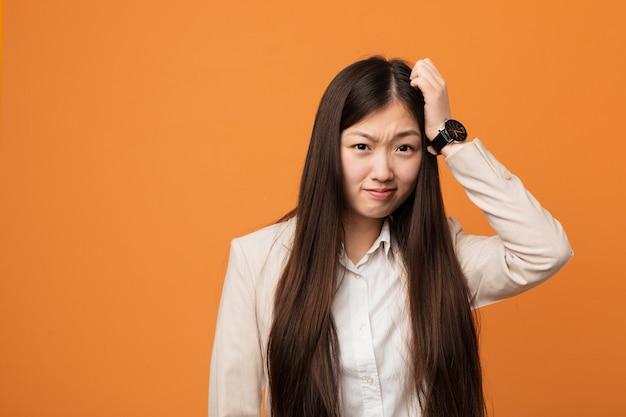 Młoda chińska kobieta biznesu, będąc w szoku, przypomniał sobie ważne spotkanie.