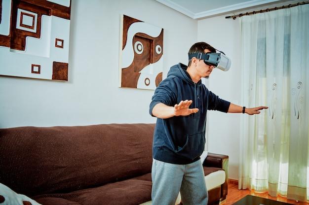 Młoda chłopiec bawić się gry wideo z 3d szkłami