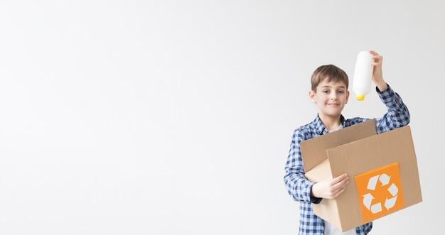 Młoda chłopiec szczęśliwa przetwarzać z kopii przestrzenią