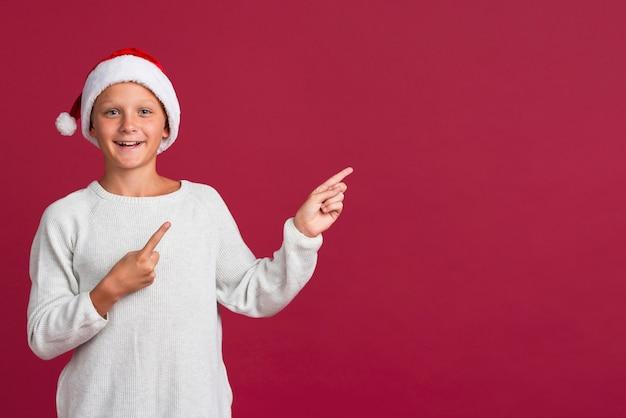 Młoda chłopiec wskazuje przy kopii przestrzenią