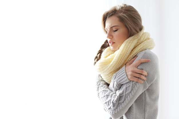 Młoda chora kobieta w domu
