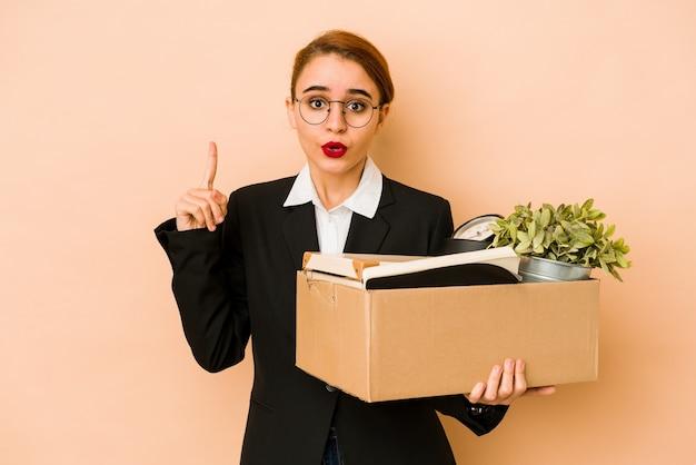 Młoda chuda arabska biznesowa kobieta przenosi pracę na białym tle mając jakiś świetny pomysł, pojęcie kreatywności.
