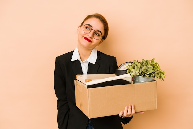 Młoda chuda arabska biznesowa kobieta przenosi pracę na białym tle marzy o osiągnięciu celów i zamierzeń