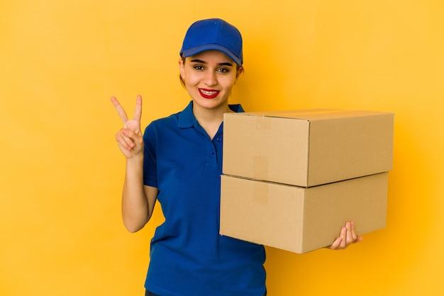 Młoda, chuda, arabska dziewczyna dostawy pokazuje numer dwa palcami.