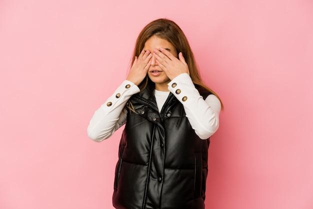 Młoda chuda dziewczyna kaukaski nastolatek boi się zakrywających oczy rękami.