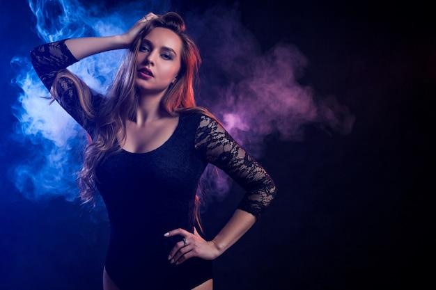 Młoda ciemnowłosa kobieta pozuje