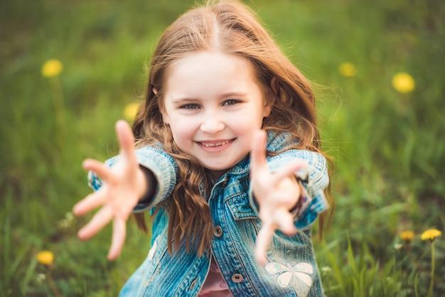 Młoda córka lubi się tulić