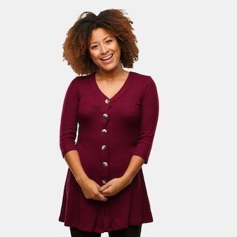Młoda czarna afro kobieta wesoła z wielkim uśmiechem