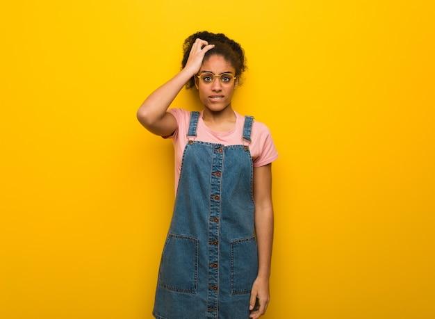 Młoda czarna afroamerykanka o niebieskich oczach zmartwiona i przytłoczona