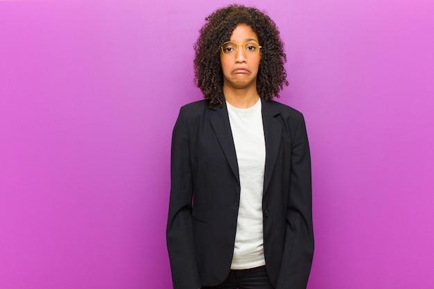 Młoda czarna biznesowa kobieta czuje się smutna i zestresowana, zdenerwowana z powodu złej niespodzianki, z negatywnym, niespokojnym spojrzeniem